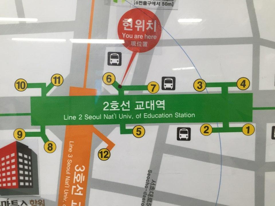 ソウルメトロ 教大駅・キョデヨッ『교대역』 6番出口を目指して行きます。